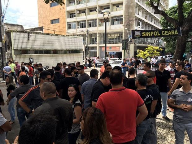 Policiais civis paralisados realizam assembleia geral na Praça dos Voluntários, no Centro de Fortaleza (Foto: Divulgação/Sinpol)