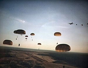 Rangers del Ejército de EE.UU. saltan en paracaídas en Granada durante la Operación Furia Urgente.