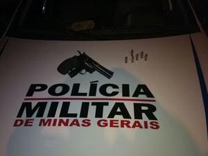 O revólver apreendido estava municiado com seis cartuchos (Foto: Polícia Militar/Divulgação)