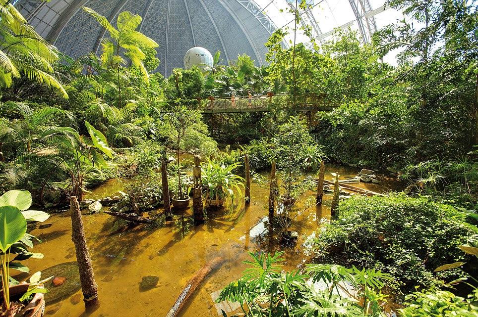 Los trópicos interior: Incluso hay espacio para un globo de aire caliente (que se ve en el fondo de la imagen) en la isla turística de interior