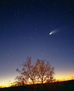 http://gizmodo.uol.com.br/wp-content/blogs.dir/8/files/2012/09/cometa-brilhante-1-242x300.jpg