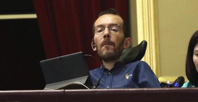 El secretario de Organización de Podemos, Pablo Echenique, sigue desde la tribuna de invitados del Congreso de los Diputados la intervención del líder del partido, Pablo Iglesias, para defender su programa de gobierno, en el debate de la moción de censura
