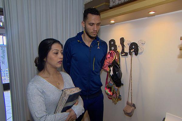 Zagueiro Neto e a mulher Simone junto com Roberto Cabrini