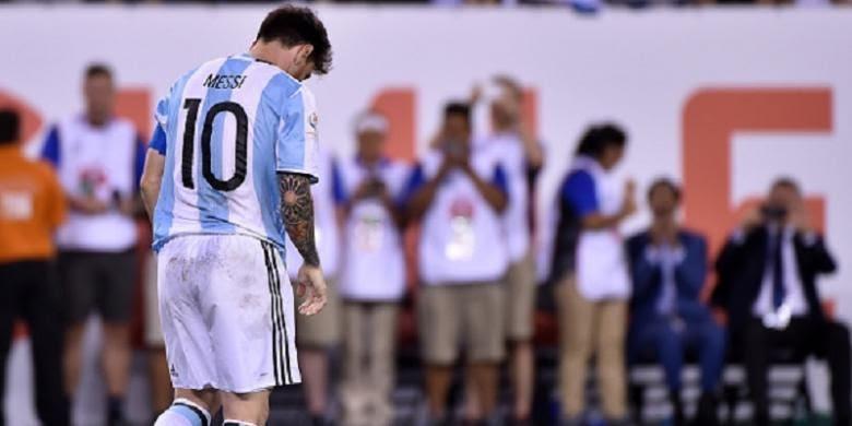 Lionel Messi terlihat kecewa seusai gagal menyelesaikan eksekusi penalti pada final Copa America 2016, Minggu (26/6/2016).