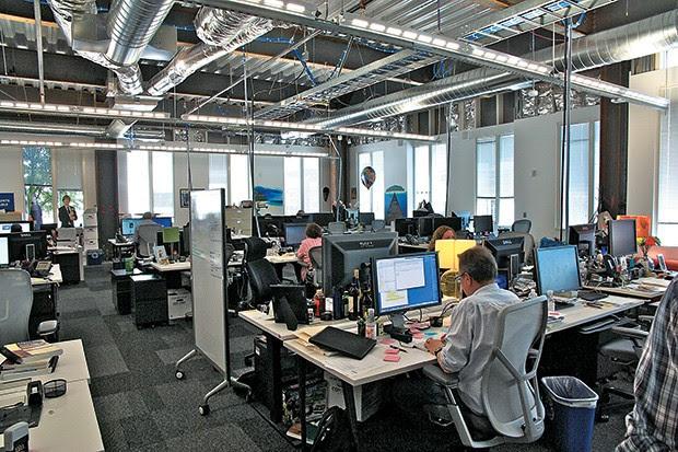 AMBIENTE INFORMAL Funcionários nas sedes do Google  (à esq.) e do Facebook (à dir.) na Califórnia. A vida nos campi das empresas de tecnologia inspirou o cenário do livro de Eggers (Foto: James S. Russell/Bloomberg via Getty Images)