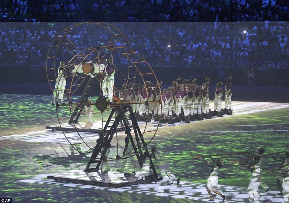 Uma dança movendo-se com artistas representando uma represention dos escravos africanos trazidos para o Brasil