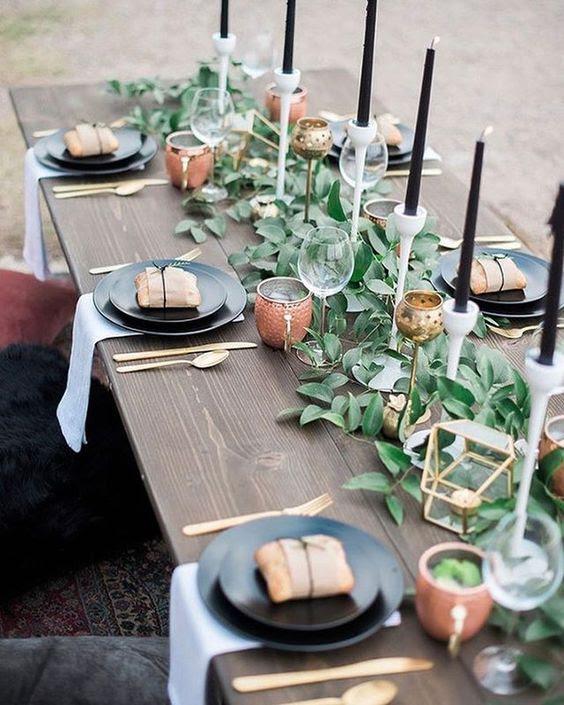 eine moderne laub-Tisch-Läufer mit schwarzer Kerzen und vergoldeten Kerzenhalter für ein modernes Bauernhaus Hochzeit