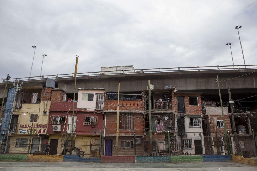 Viviendas de Villa 31 incrustadas bajo la autopista.