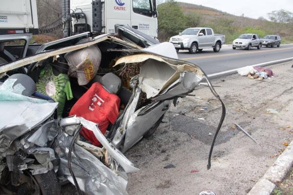 Os dois passageiros do Gol morreram no local do acidente, na BR-304, entre Riachuelo e Caiçara do Rio dos Ventos