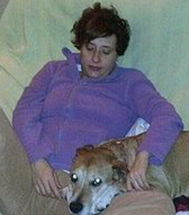 Foto mostra enfermeira Teresa Romero com seu cão, Excalibur (Foto: AP Photo/PACMA/Arquivo)