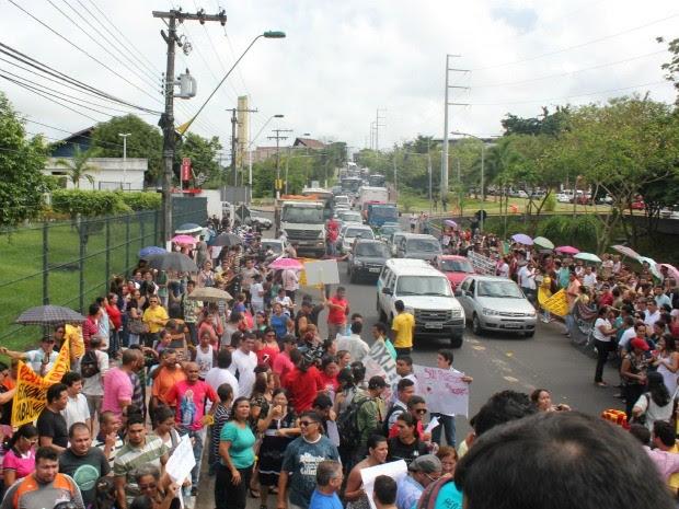 Manifestação reuniu cerca de 2 mil professores (Foto: Camila Henriques/G1 AM)