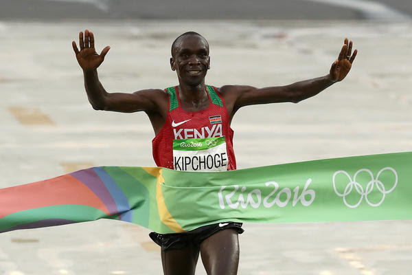 Eliud Kipchoge crosses the finish line. (Buda Mendes / Getty Images)