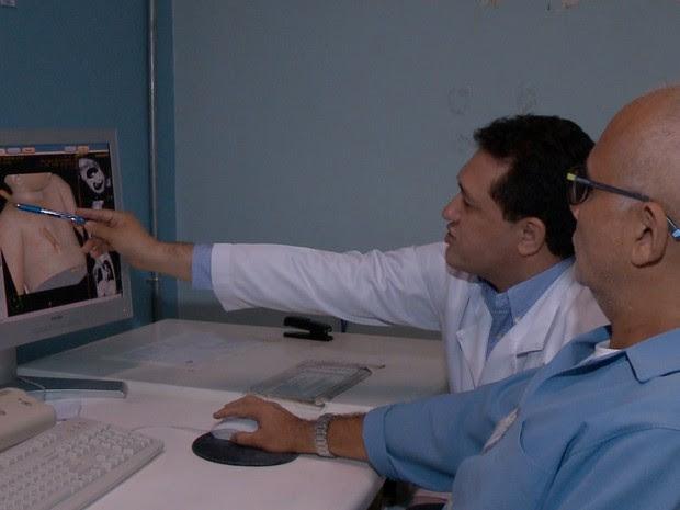 Equipe médica avalia quadro de garoto que teve galho atravessado no corpo (Foto: Reprodução/TV Clube)