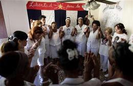 Damas de Blanco rezan en el inicio de las actividades por el sexto aniversario de la represión. La Habana, 17 de marzo de 2009. (AP)