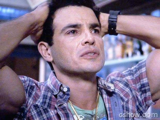 Carlito chora ao ver sua Delícia no BBB... (Foto: Amor à Vida / TV Globo)