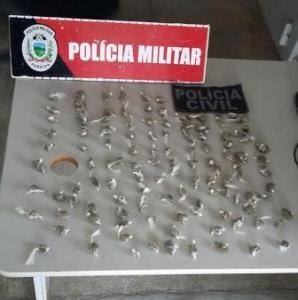 Polícia encontrou cerca de 50 papelotes de maconha com o grupo