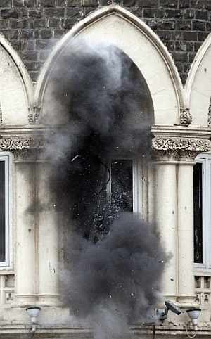 Una granada lanzada por la policía hace estallar una ventana del hotel Taj Mahal de Bombay. (Foto: AP)