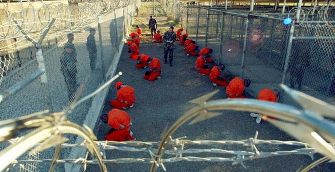 Prisioneros en Guantánamo en una imagen de 2002. REUTERS