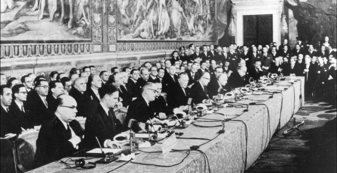 Imagen del 25 de marzo de 1957 de la firma del Tratado de Roma en el Palazzo dei Conservatori, en la capital italiana. AFP
