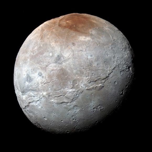 Caronte es con 1214 km de diámetro el mayor satélite de Plutón (NASA/Johns Hopkins University Applied Physics Laboratory/Southwest Research Institute).