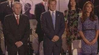 Príncipe Harry e Kate Middleton representam família real no encerramento