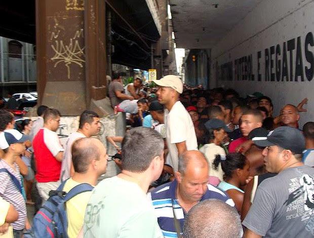 confusão na fila de torcedores em São Cristóvão