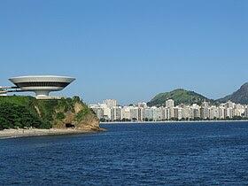 À esquerda, o Museu de Arte Contemporânea de Niterói. Ao fundo, a Praia de Icaraí.