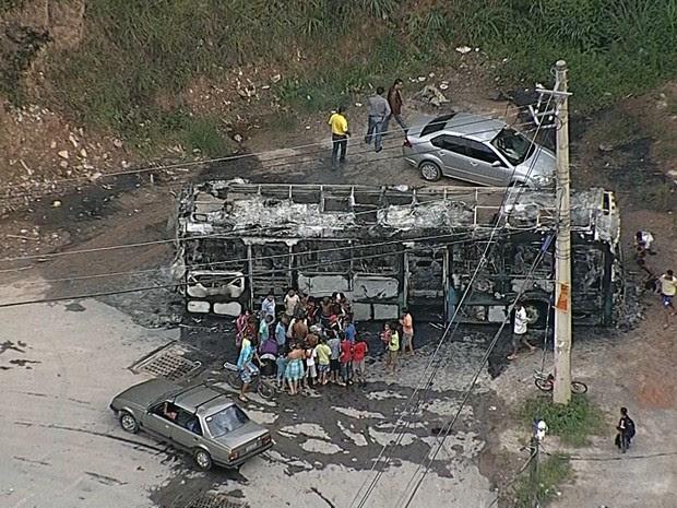 Ônibus ficou completamente após ser incendidado no Aglomerado da Serra (Foto: Reprodução/TV Globo)