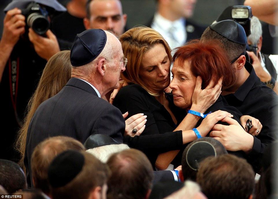 Desolado: Tsvia, a filha do ex-presidente israelense, Shimon Peres é consolado por sua família enquanto ela chora durante funeral de seu pai