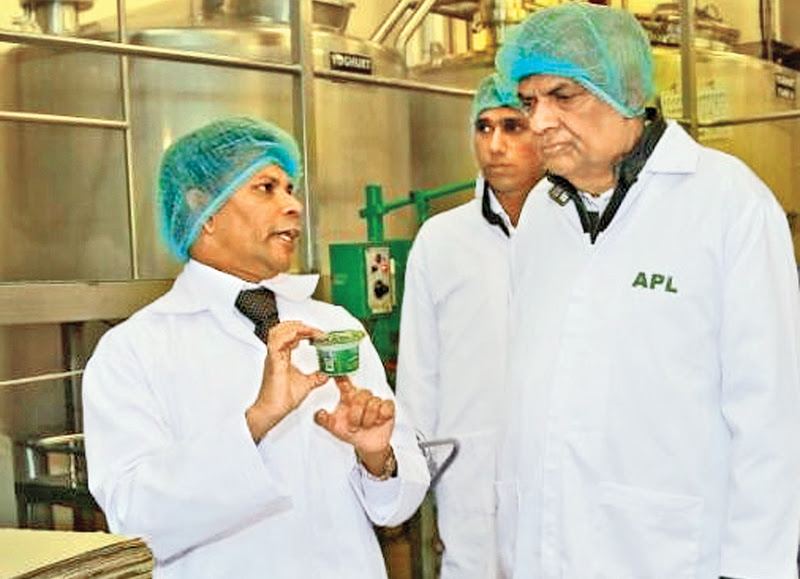Prime Minister Ranil Wickremesinghe yesterday visited the Ambewela farm complex including New Zealand farm and Ambewela products milk processing factory in Ambewela and met officials and the staff. The Prime Minister is seen in conversation with the farm and factory officials.