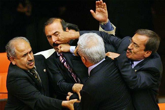 http://domfernando.files.wordpress.com/2009/06/briga-no-parlamento.jpg