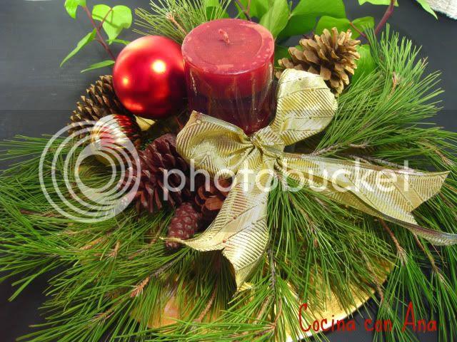 decoración navideña con piñas, manzanas, velas