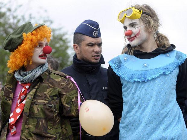 Policial detém dois manifestantes nos arredores da sede da Otan, em Bruxelas (Foto: Reuters/Eric Vidal)