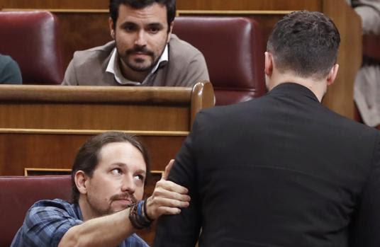 Pablo Iglesias saluda a Rufián tras su discurso