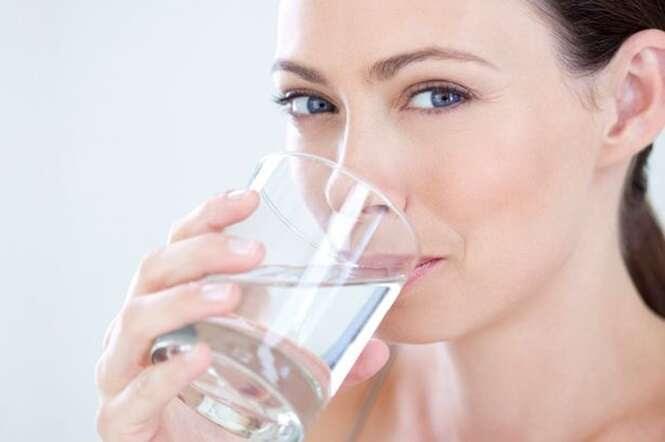Beber água antes do almoço ajuda a perder peso