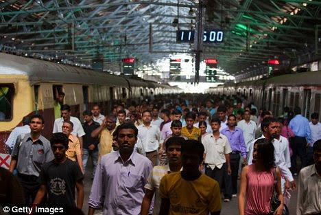 Crowded: Ο παγκόσμιος πληθυσμός φαίνεται ότι θα σπάσει το φράγμα των επτά δισεκατομμύρια στις επόμενες λίγες μέρες - και το πιθανότερο είναι το μωρό θα γεννηθεί στην περιοχή Ασίας-Ειρηνικού, όπως η Βομβάη, η Ινδία, που εμφανίζεται εδώ