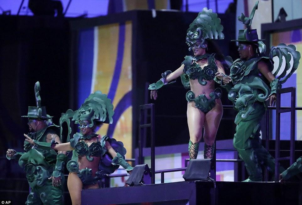 dançarinos escola de samba mostrar os seus movimentos durante a cerimônia de abertura dos Jogos Olímpicos de 2016 no Rio de Janeiro
