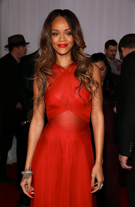 photo la-modella-mafia-Grammys-2013-Fashion-best-dressed-on-the-red-carpet-Rihanna-in-a-red-custom-Azzedine-Alaia-dress-2_zps80bbf8d5.png