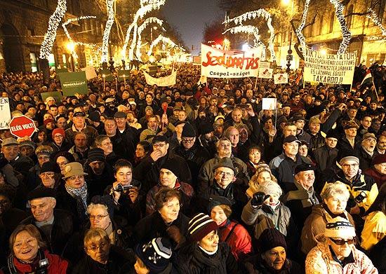 Milhares de manifestantes saem pelas ruas de Budapeste para protestar contra nova constituição da Hungria