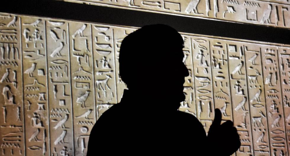 El profesor Antonio Morales da explicaciones sobre jeroglíficos durante una de las clases.