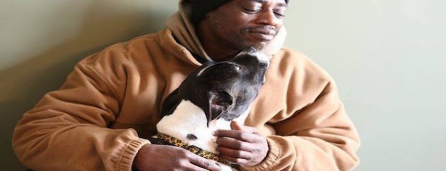 Αυτός ο άστεγος που προτίμησε να κοιμάται στο κρύο παρά να παρατήσει τον σκύλο του, θα σου ραγίσει την καρδιά