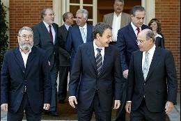 Zapatero recibe a la patronal y sindicatos en junio de 2009.