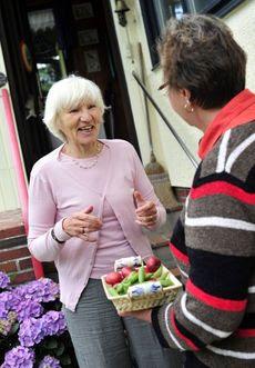 Kamarádka jí sem tam věnuje něco ze zahrady, jindy se nají u charity.