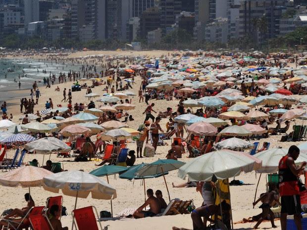 Banhistas aproveitam o clima na praia de Ipanema (Foto: Alessandro Buzas / Agência O Dia / Estadão Conteúdo)