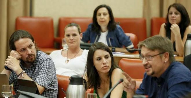 Pablo Iglesias e Irene Montero, de Podemos y Xavier Doménech, de En Comú Podem, conversan durante la reunión de la Diputación Permanente del Congreso, la primera de este mes de agosto.   MARISCAL (EFE)