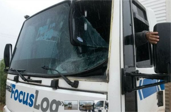 Caminhoneiro avança contra manifestantes e fura bloqueio na BR-163;  fotos