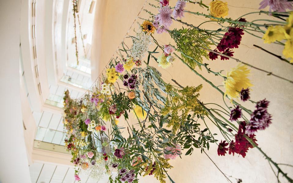 «Ψηλά, Κήπος», το διαδραστικό έργο της Ρεμπέκα Λουίζ Λο αιωρείται στον ουρανό της Στέγης Γραμμάτων και Τεχνών.
