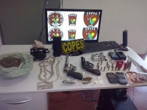 Com sos suspeitos a polícia encontrou armas, celulares, drogas e dinheiro (Foto: Divulgação/Polícia Militar)
