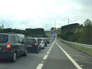 Congestionamento chegou por volta das duas horas (Foto: Marcela Mesquita/G1)