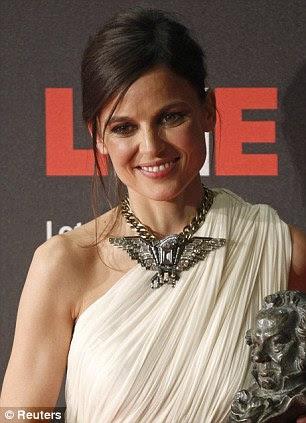 """Melhor Atriz: Elena foi premiado com o gongo para o papel principal em """"La piel Que Hábito"""", que traduz como """"The Skin I Live In '"""
